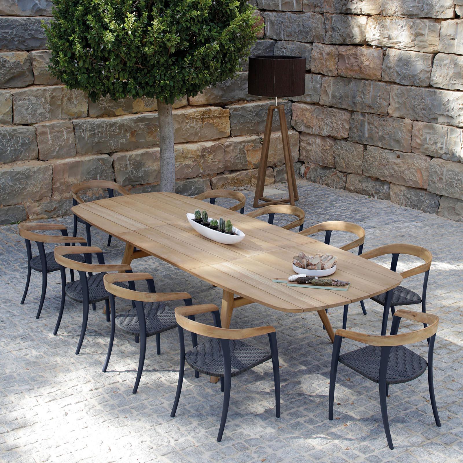 mesa larga de madera con sillas