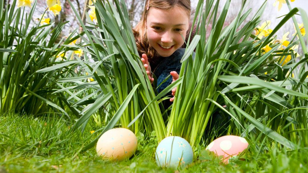 niña encontrando huevos de pascua