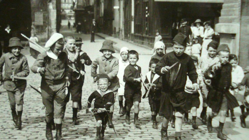 fotografía antigua de niños jugando