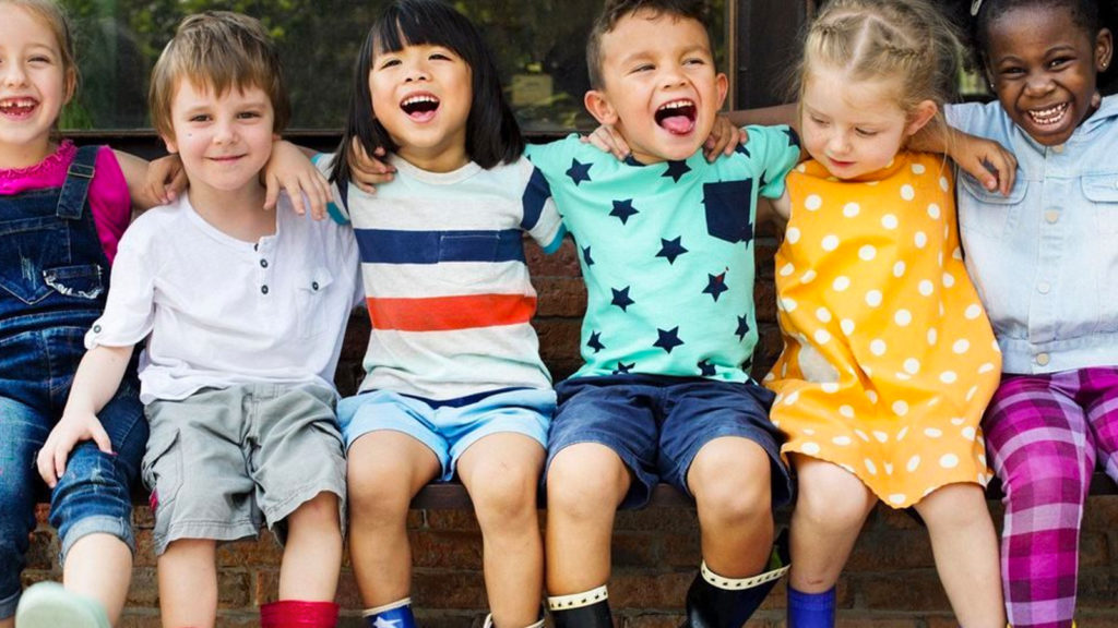 niños sonrientes abrazados