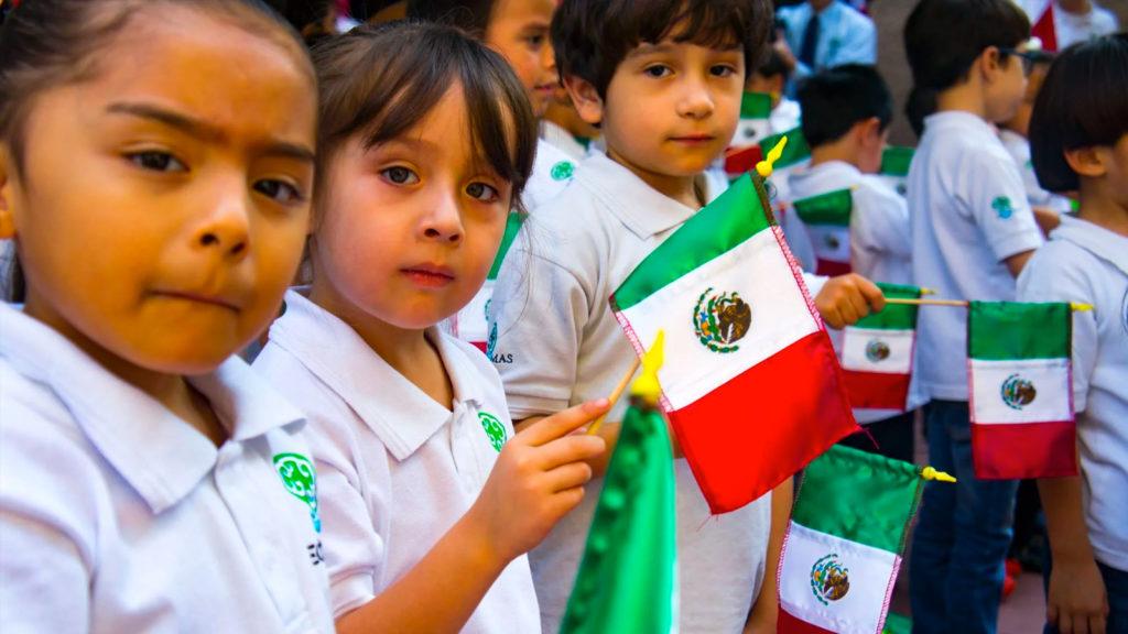 niños con banderas mexicanas