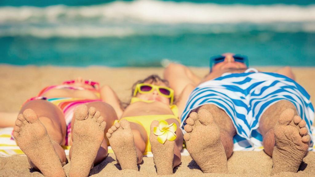 familia en la playa de vacaciones